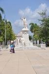 <p>Pomnik w parku</p>