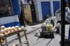 <p>Takimi wózkami dostarcza się wodę</p>