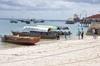 <p>Plaża w Stone Town tu się wsiada na łódki, które płyną na Prison Island</p>